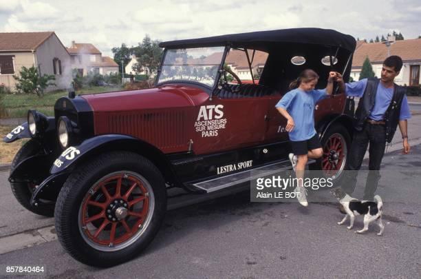 Caroline Barbot 13 ans et Eric Massiet vont participer au tour du monde en 80 jours avec une Stanley a vapeur le 30 mai 1992 a Brains France