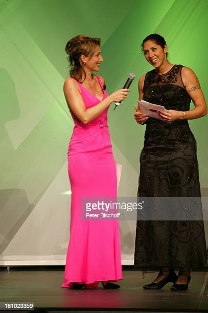 Caroline Beil Steffi Jones FiFi Award Frankfurt/Main Kongresszentrum Frankfurter Messe Moderatorin Mikrofon Bühne Auftritt Abendkleid Fussballerin...