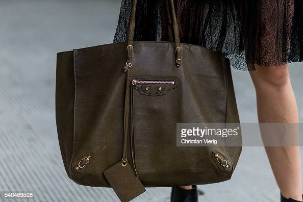 teléfono Museo Posicionar  Caroline Caro Daur wearin an olive Balenciaga bag during Pitti Uomo... News  Photo - Getty Images
