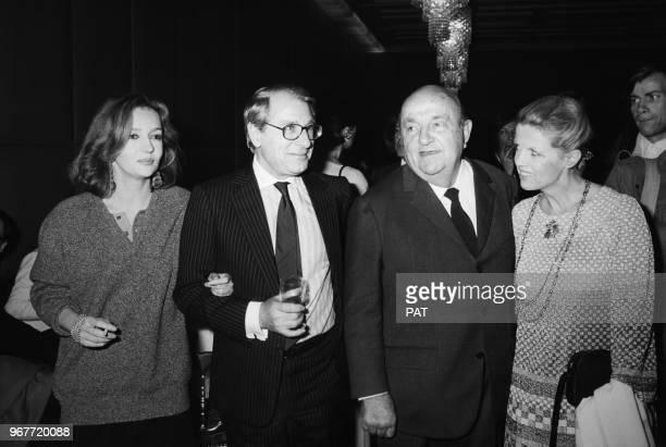 Caroline Cellier, Jean Poiret, Bernard Blier et sa compagne Annette assistent à une première le 19 décembre 1984 à Paris, France.