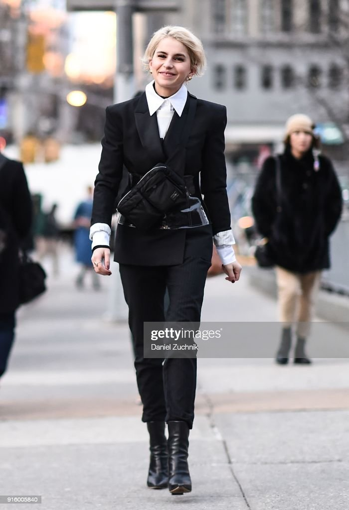 Street Style - New York Fashion Week February 2018 - Day 1 : News Photo