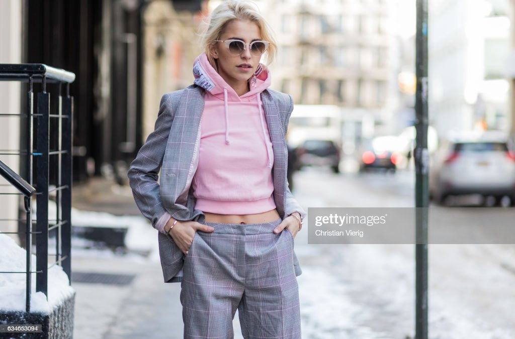Street Style - New York Fashion Week February 2017 - Day 2 : News Photo
