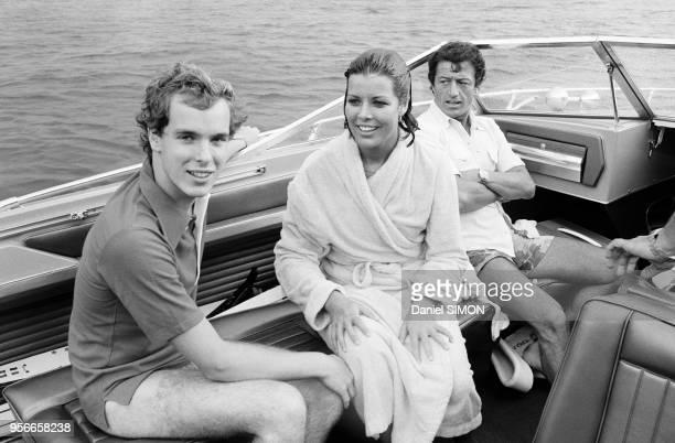 Caroline de Monaco, Albert de Monaco et Philippe Junot sur le hors-bord de la princesse le 10 aout 1976 à Villefranche/Mer, France.