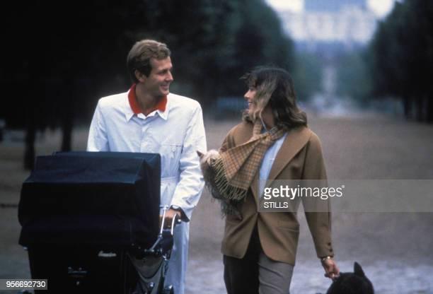 Caroline de Monaco en Stefano Casiraghi promènent leur fille Charlotte dans un landau à Monte Carlo en 1986, Monaco.
