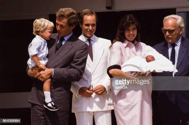 Caroline de Monaco et Stefano Casiraghi présentent leur fille Charlotte en compagnie du Prince Rainier et du Prince Albert en aout 1986 à...