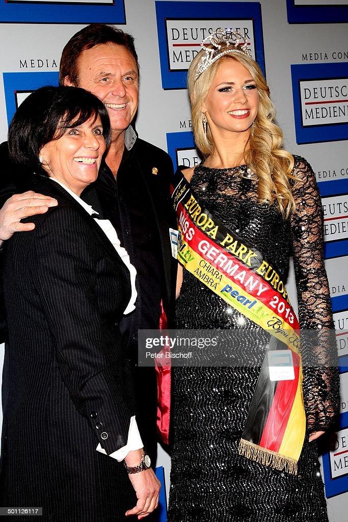 """Caroline Noeding (rechts, """"Miss Germany 2013"""" mit 480 Punkten, 21, """"Miss Niedersachs : News Photo"""