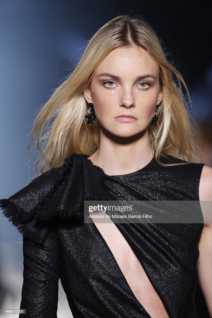 Versace - Runway - Milan Fashion Week SS16 : News Photo