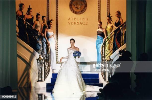 Carolyn Murphy en robe de mariée lors de la clôture du défilé HauteCouture automnehiver 19961997 de Versace en juillet 1996 à Paris France