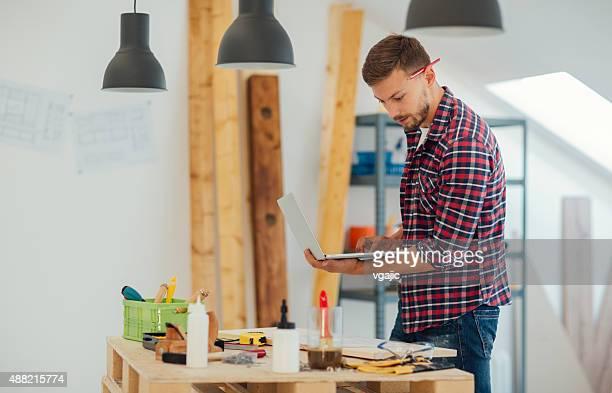 Carpinteiro no trabalho.