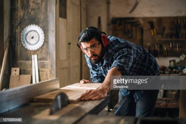 tischler schneiden holzbrett - handwerker stock-fotos und bilder