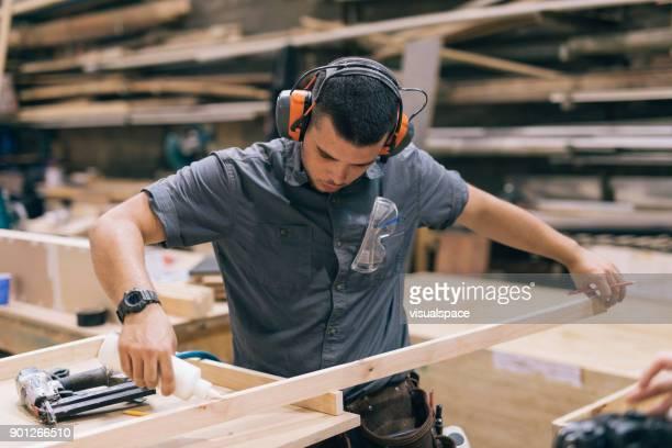 Tischler Holz kleben