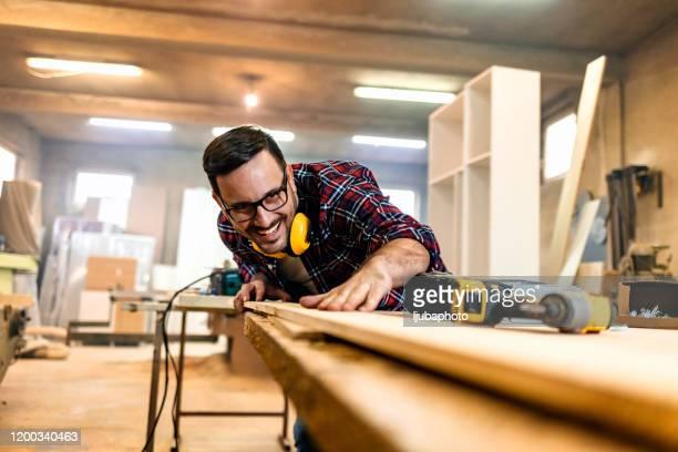 schreiner in der werkstatt - schreiner stock-fotos und bilder