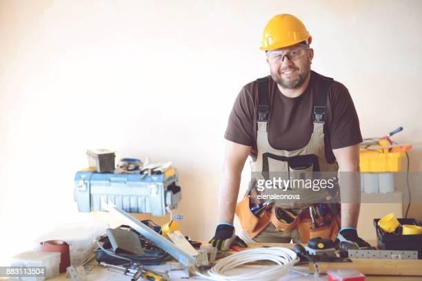 Tischler in Arbeitskleidung in einem Bau-workshop