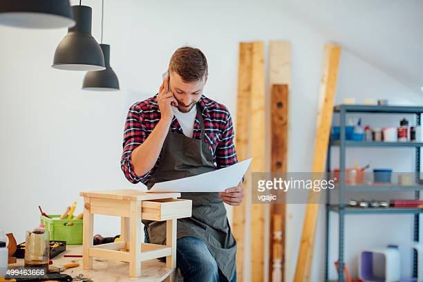 Carpenter mirando nuevo proyecto en su taller.