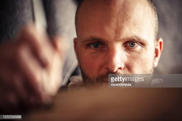 falegname traccia legno in officina - vivere semplicemente foto e immagini stock