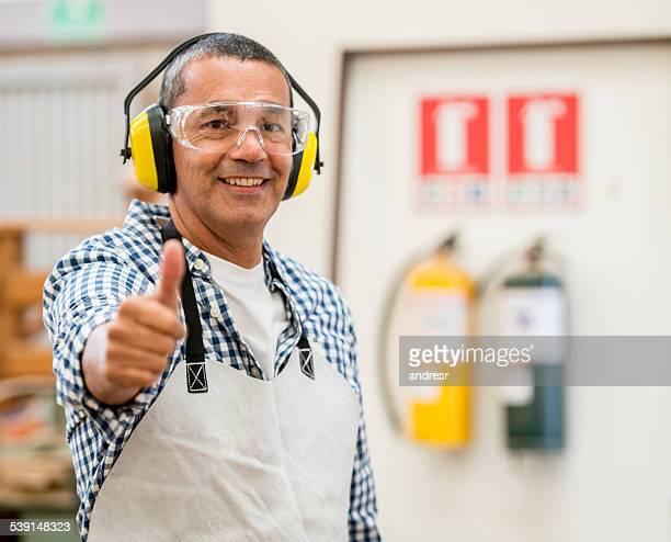carpenter vestindo roupa de segurança - saúde e segurança ocupacional - fotografias e filmes do acervo