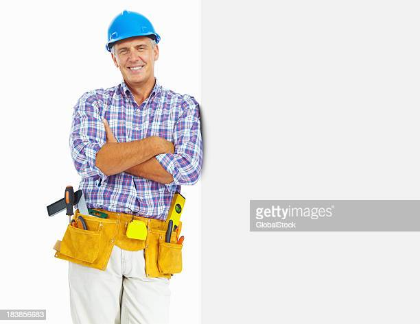 Carpenter mit Bauarbeiterhelm-Platz für Text auf weißem Hintergrund