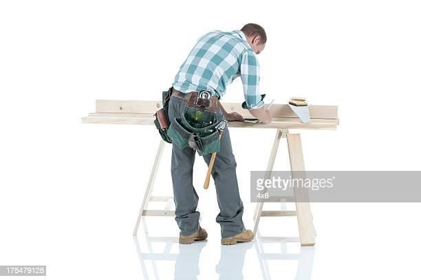 Carpenter travaillant sur un Chevalet de sciage