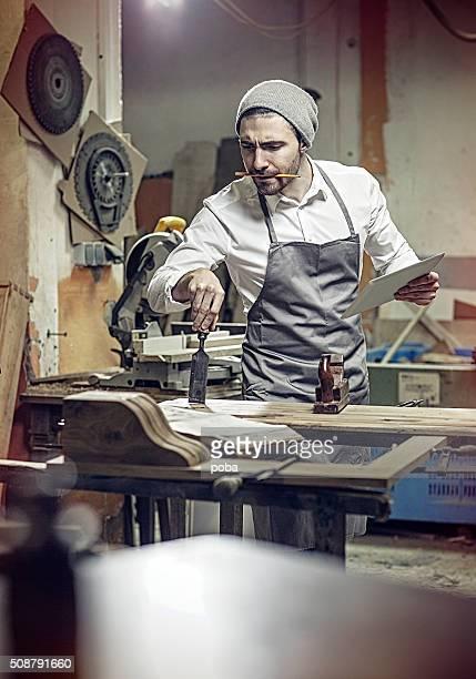 Schreiner Arbeiten in der Werkstatt