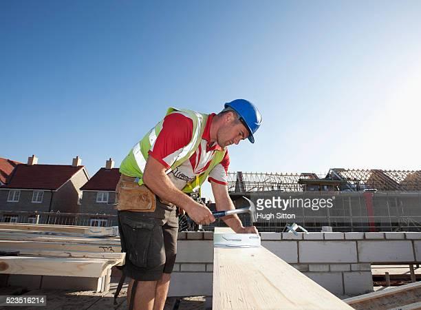 carpenter working on construction site - hugh sitton fotografías e imágenes de stock