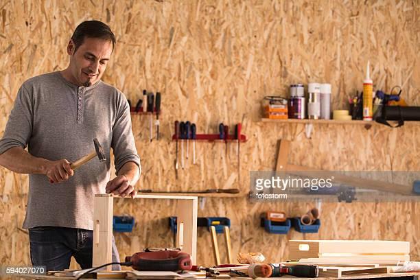 carpenter working with a nail and a hammer - prego - fotografias e filmes do acervo