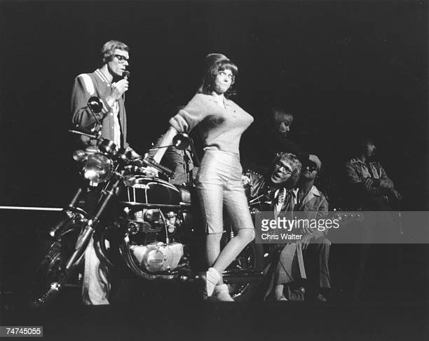 Carpenters 1976 Richard Carpenter and Karen Carpenter during The Carpenters File Photos in London United Kingdom