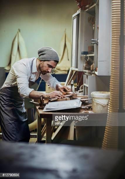 schreinerarbeiten, kleinunternehmen - kunsthandwerkliches erzeugnis stock-fotos und bilder