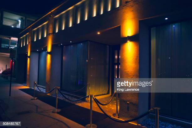 carpet and velvet rope outside nightclub - entrata foto e immagini stock