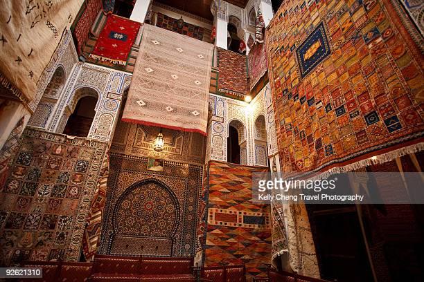 carpet shop - cultura marroquí fotografías e imágenes de stock