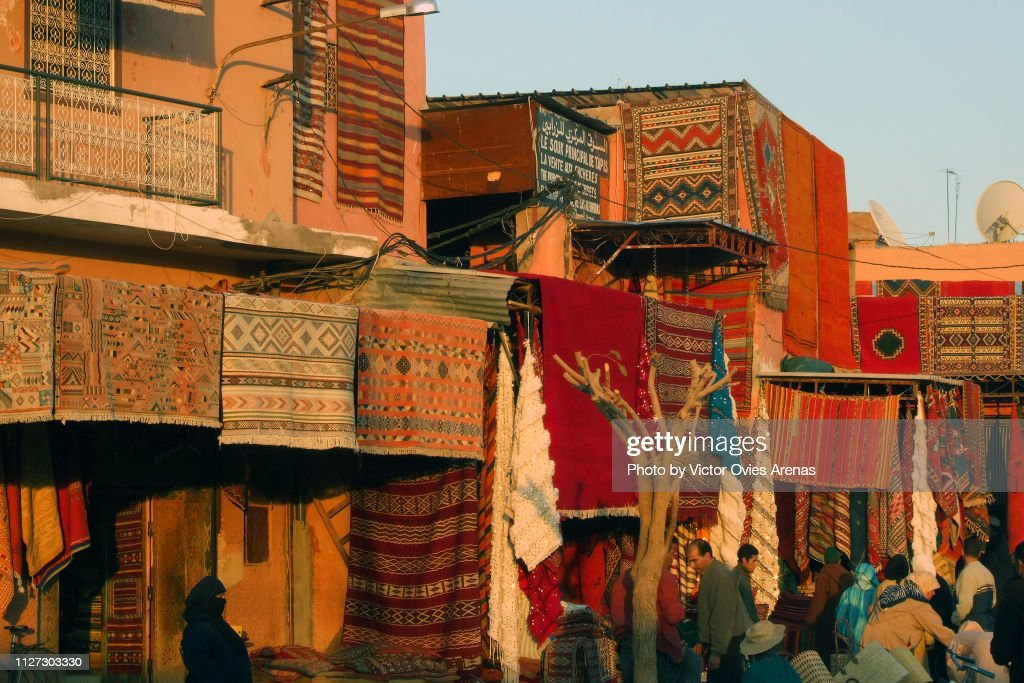 Carpets in a market in the streets of the medina in Marrakech, Morocco : Foto de stock