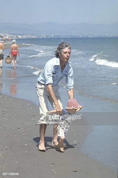 Carrell Rudi Showmaster Schauspieler Niederlande mit Sohn Alexander am Strand von Andasol 1979