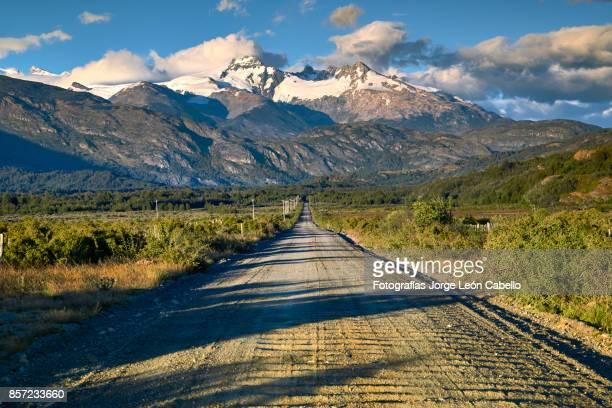 carretera austral near puerto guadal the entrance to los leones valley - patagonia foto e immagini stock
