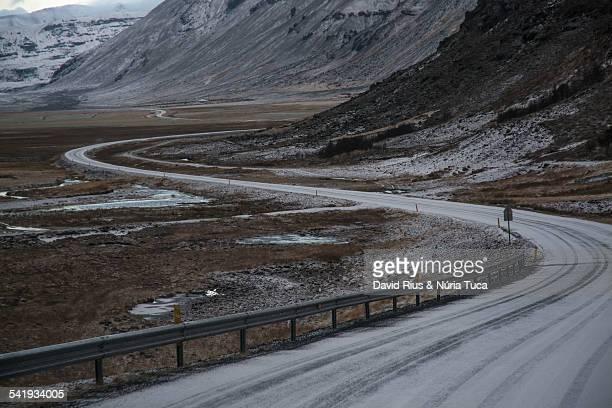 carretera con curvas - flanco de valle fotografías e imágenes de stock