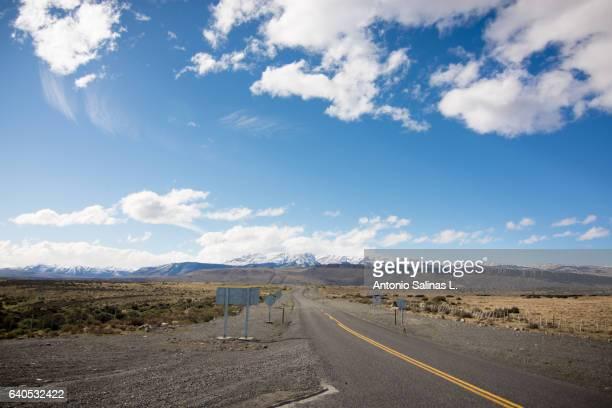 carretera vacia en la patagonia - formación de roca stock pictures, royalty-free photos & images