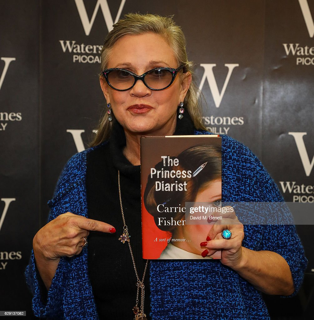 photos et images de carrie fisher signs copies of her new book