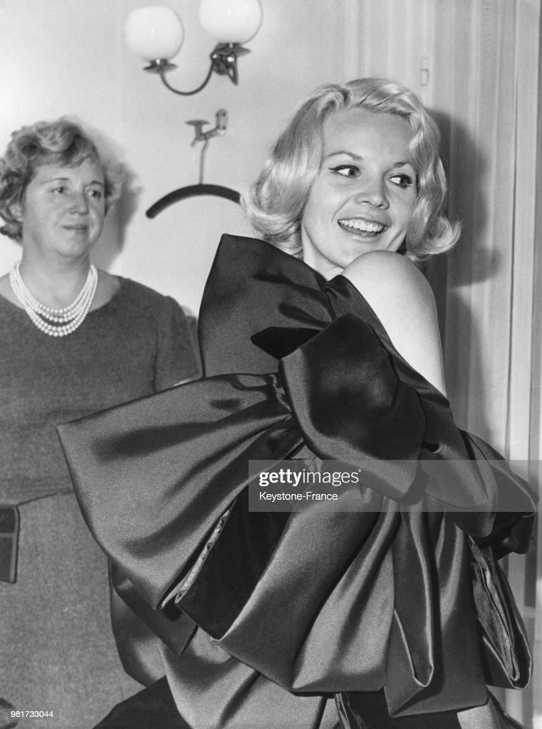 Carroll Baker porte la robe \'Milano\', un fourreau en velours noir ...