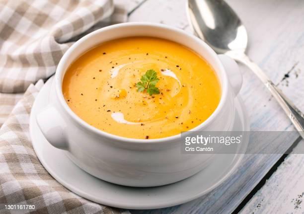 carrot soup with cream and croutons - cris cantón photography fotografías e imágenes de stock