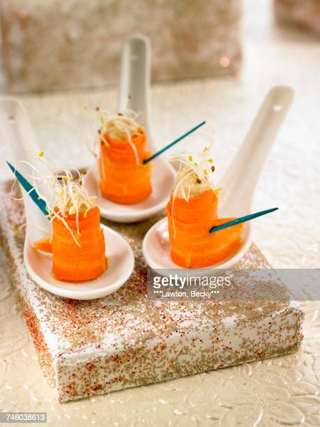 carrot,hummus and alfafa appetizers - canap�� photos et images de collection