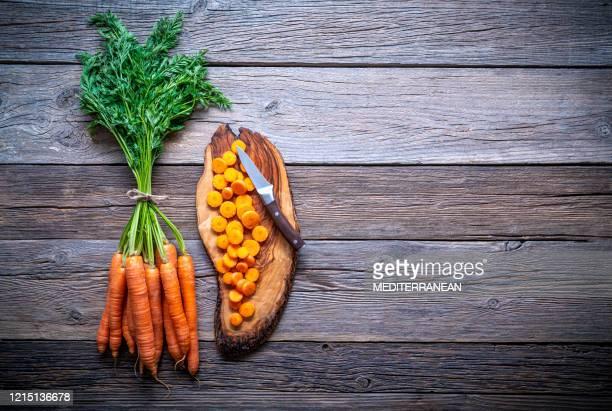 carrots bunch fresh on cutting board over wooden rustic wood - ramo parte de uma planta imagens e fotografias de stock