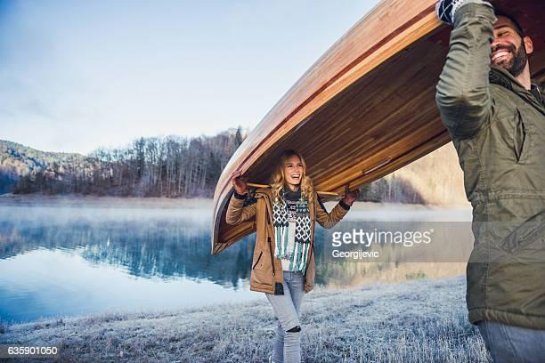 llevar una canoa - estación entorno y ambiente fotografías e imágenes de stock