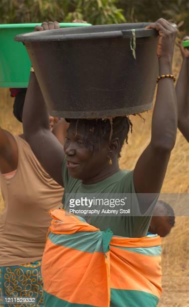 carrying water - たらい ストックフォトと画像