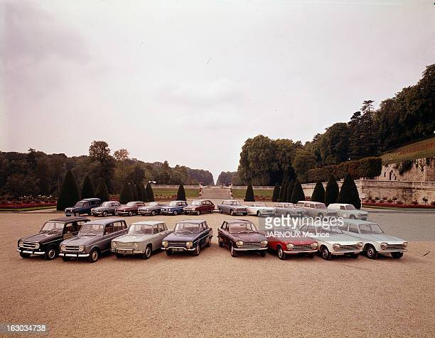 Cars 1967 1967 à l'occasion du Salon de l'Auto 1967 dans un parc les modèles de l'année Renault 4L Renault Caravelle Renault R16 Peugeot 404 Peugeot...