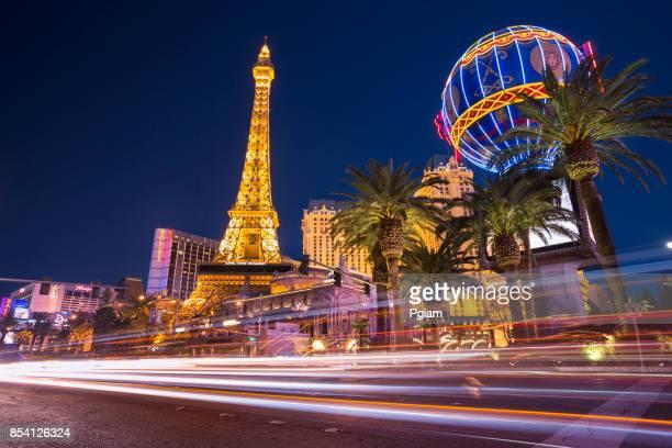 Autos und Menschen durch das Paris Hotel auf dem berühmten Las Vegas Strip bei Nacht