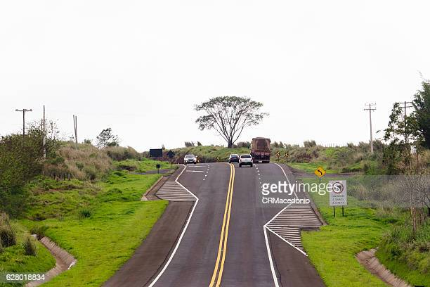 cars and trucks climbing the highway. - crmacedonio stock pictures, royalty-free photos & images