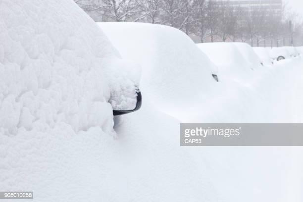 autos unter dem schnee begraben - schneebedeckt stock-fotos und bilder