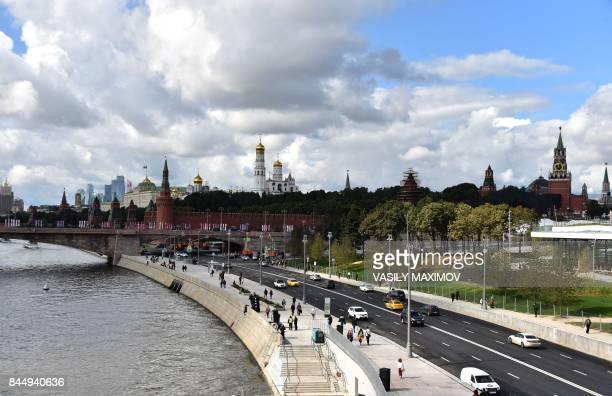 Cars drive along an embankment near Zaradye park in central Moscow on September 9 2017 / AFP PHOTO / Vasily MAXIMOV