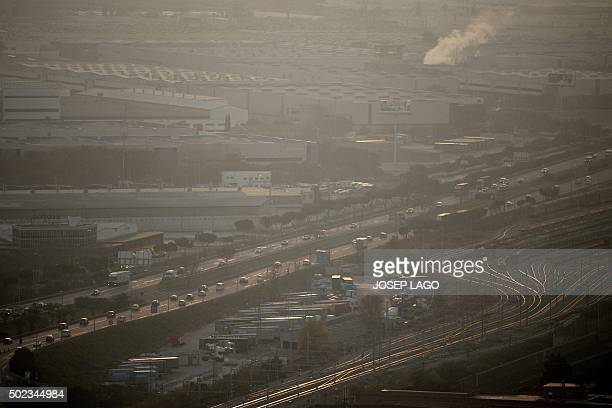 Cars drive along Barcelona's motorway as smog shrouds the city on December 23 2015 AFP PHOTO/ JOSEP LAGO / AFP / JOSEP LAGO