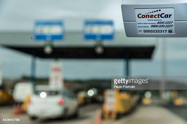 Cars drive past Rota das Bandeiras using automated Toll system