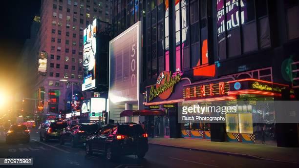 cars driving along west 43rd street near times square, midtown manhattan, new york city - haut lieu touristique international photos et images de collection