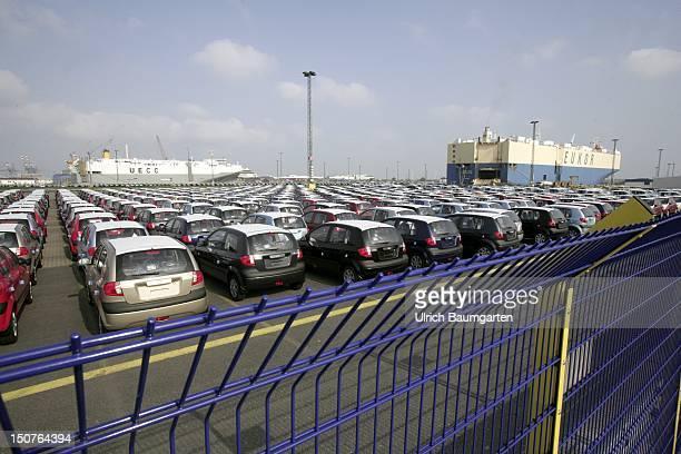 GERMANY BREMERHAVEN Cars in front of a transport ship in Bremerhaven harbour PKW vor einem Transportschiff im Hafen von Bremerhaven